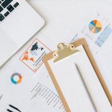 Laptop und Papiere, Beratungsgespräch zum Online-Personalmarketing