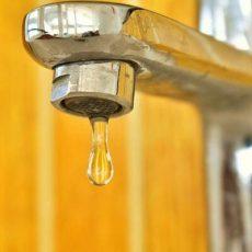 Foto mit einem Wasserhahn, der tropft