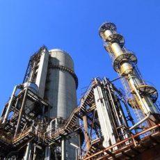 Industrieanlage Raffinerie vor blauem Himmel